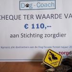 Dog-coach haalt 335 euro op voor Stichting ZorgDier